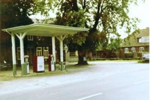 1972_334_01 Tankstelle vor der Schmiede um 1972
