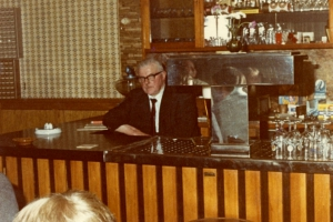 Gaststube mit Ernst Schmidt hinter der Theke um 1975