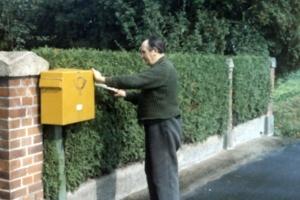 Hermann Campe bei der Postzustellung