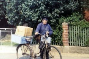 Hermann Campe bei der Postzustellung mit dem Fahrrad